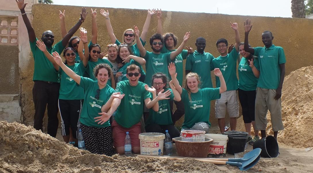 アフリカでがんばる高校生の建築ボランティアたち